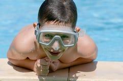 заплывание бассеина мальчика стоковое изображение rf