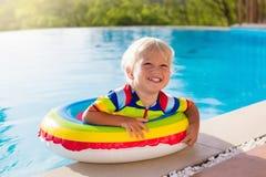 заплывание бассеина младенца Заплыв детей Потеха лета ребенка стоковая фотография