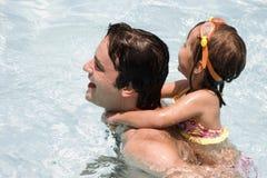 заплывание бассеина отца дочи Стоковое Изображение RF