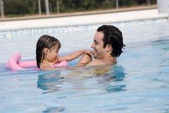 заплывание бассеина отца дочи Стоковые Фото