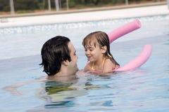 заплывание бассеина отца дочи Стоковое фото RF