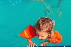 заплывание бассеина ребенка счастливое играя каникула территории лета katya krasnodar стоковое фото rf