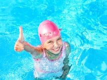 заплывание бассеина ребенка стоковые фото