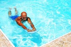 заплывание бассеина человека Стоковые Изображения RF