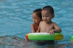 заплывание девушки мальчика стоковое изображение rf