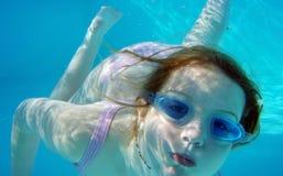 заплывание девушки подводное Стоковое фото RF
