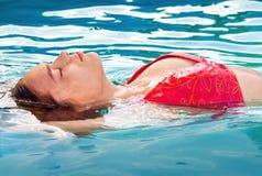заплывание девушки Стоковые Фото