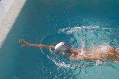 заплывание девушки стоковые фотографии rf
