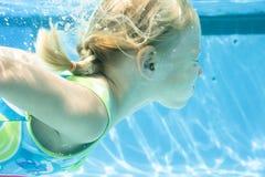 заплывание девушки стоковое изображение rf