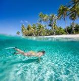 Заплывание женщины подводное стоковые фотографии rf