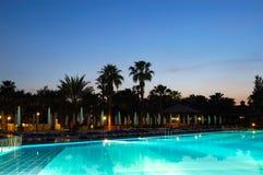 заплывание захода солнца бассеина гостиницы популярное Стоковые Изображения
