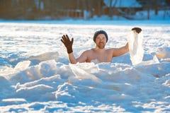 Заплывание зимы Храбрый человек в лед-отверстии стоковые фото