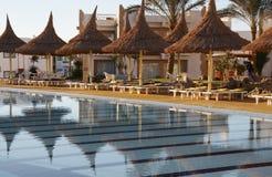 заплывание курорта бассеина парасолей Стоковое Изображение RF