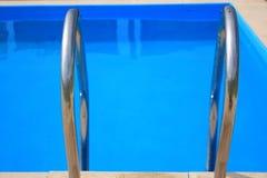 заплывание лестницы бассеина Стоковые Изображения