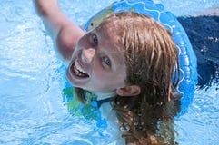 Заплывание маленькой девочки в бассеине. Стоковое Изображение