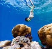 заплывание мальчика подводное стоковое изображение rf