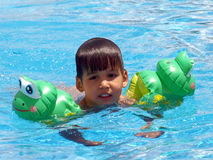заплывание мальчика стоковое фото