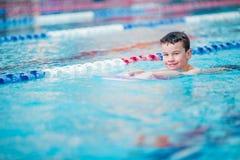 Заплывание практики мальчика Стоковое Фото
