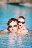 заплывание сынка бассеина отца Стоковая Фотография