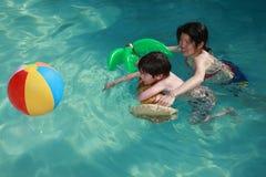 заплывание сынка мамы Стоковые Фотографии RF