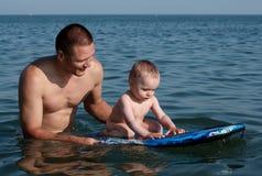заплывание сынка отца стоковое фото