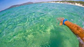 Заплывание человека в воде бирюзы Alghero Стоковая Фотография RF