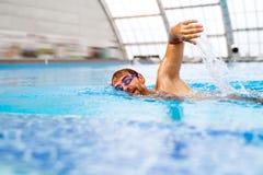 Заплывание человека в крытом бассейне Стоковое фото RF