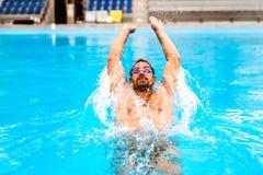 Заплывание человека в крытом бассейне Стоковые Изображения RF