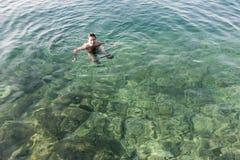 Заплывание человека в море Стоковые Фото