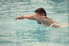 Заплывание человека в открытом море Стоковое Изображение RF