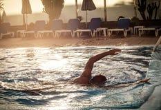 Заплывание человека на бассейне Стоковые Изображения RF