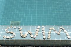 ` Заплыва ` надписи положено вне камешком на сторону бассейна стоковое фото