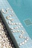 ` Заплыва ` надписи положено вне камешком на сторону бассейна стоковые изображения