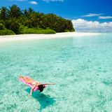 Заплыв женщины и ослабляет в море Счастливый образ жизни острова стоковое фото