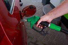 Заполнение автомобиля с бензином стоковая фотография rf