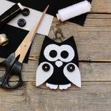 Заполненная игрушка сыча войлока, черно-белый войлок покрывает, ножницы, потоки, кнопки на винтажной деревянной предпосылке Стоковые Изображения