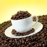 заполненная кофейная чашка фасолей зажаренной в духовке Стоковые Фото