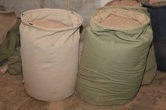 Заполненная сумка ветоши для того чтобы собрать опилк от системы удаления пыли стоковые изображения