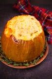 Заполненная тыква при рис, грибы, мясо, яичка и овощи, гарнированные с тимианом Стоковое Изображение
