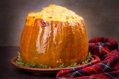 Заполненная тыква при рис, грибы, мясо, яичка и овощи, гарнированные с тимианом Стоковая Фотография