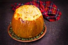 Заполненная тыква при рис, грибы, мясо, яичка и овощи, гарнированные с тимианом Стоковое Фото