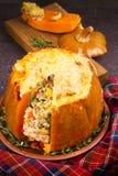 Заполненная тыква при рис, грибы, мясо, яичка и овощи, гарнированные с тимианом Стоковые Фотографии RF