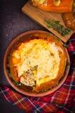 Заполненная тыква при рис, грибы, мясо, яичка и овощи, гарнированные с тимианом Стоковое фото RF