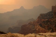 заполненное каньоном курят грандиозное пущи пожара, котор Стоковая Фотография