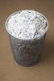 заполненное корзиной wastepaper shredded бумагой стоковые фото