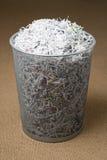 заполненное корзиной wastepaper shredded бумагой стоковые изображения