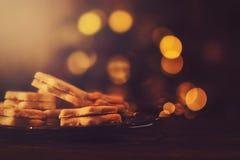 Заполненные вареньем печенья рождества на стеклянной пластинке стоковые фото