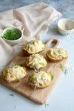Заполненные половины картошки с цыпленком, соленьями и сыром стоковое фото