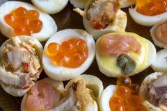 Заполненные яичка триперсток с морепродуктами и майонезом от их желтков стоковое изображение rf