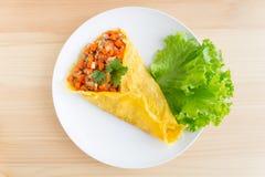 Заполненный омлет с томатом салата свинины лука моркови в белых Di Стоковые Фотографии RF